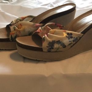 Donald J Pilner Floral Wedge - Size 8